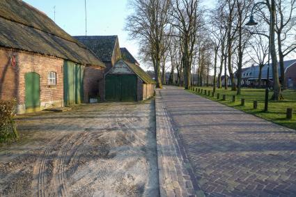 Brink, Zandoerle. Langgevelboerderijen rondom het plein. © RCE, Bert van As
