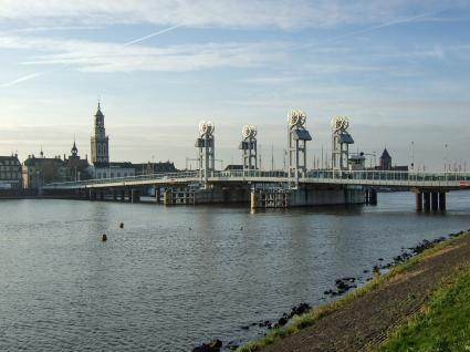 De Stadsbrug in Kampen, geopend in 1998. © © 2006 Bert van As