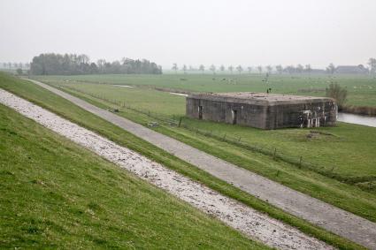 Duitse bunker bij de zeedijk. Dijkweg, Nansum.  © RCE, Bert van As