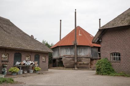 Hooiberg op het erf van boerderij Netelenburg. Slaagseweg, Baarn. © Bert van As