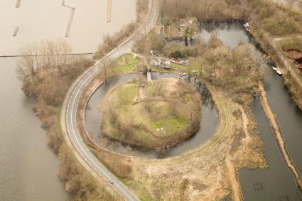 Fort Spion, gelegen bij Loosdrecht, is een zogenaamde dijkaccespost. De smalle acces kon door dit f © Johan Bakker