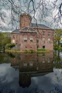 Kasteel Loenersloot, met centraal de donjon uit de 13 eeuw. De omliggende gebouwen zijn er in 19e eeuw bijgebouwd.  © B. van Veen