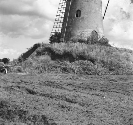 Vervallen molenberg in Kladde (1964) © W.A. Korpershoek (RCE)