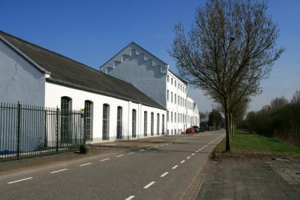 Voormalige suikerfabriek St. Antoine te Oud-Gastel (gemeente Halderberge). Gebouwd in 1871 tussen de dijk en de bevaarbare rivier de Dintel. Het complex is rijksmonument. © Foto J.H.G. Scholte - 21 maart 2011 Licentie: CC-BY-SA-3.0-NL (wiki)