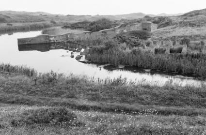 Tankmuur en höckerhindernisse in de duinen nabij Wassenaar, Zuid-Holland (1996). © Gerard Durker (RCE)