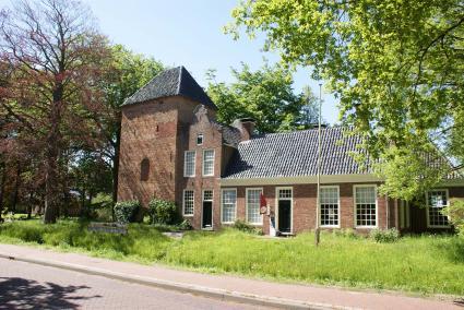 De Schierstins in Veenwouden (Fr) is een mooi voorbeeld van een middeleeuwse woontoren. © Albert-Erik de Winter, Landschapsbeheer Groningen
